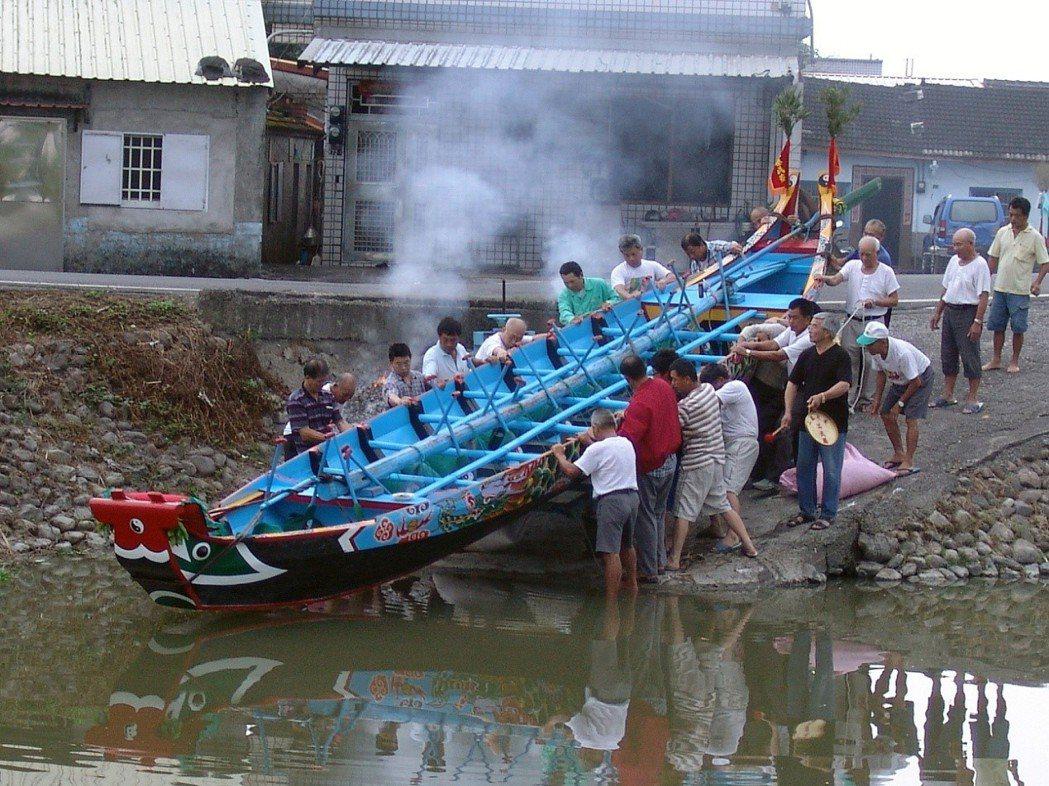 宜蘭礁溪二龍村龍舟下水儀式。 圖/作者自攝