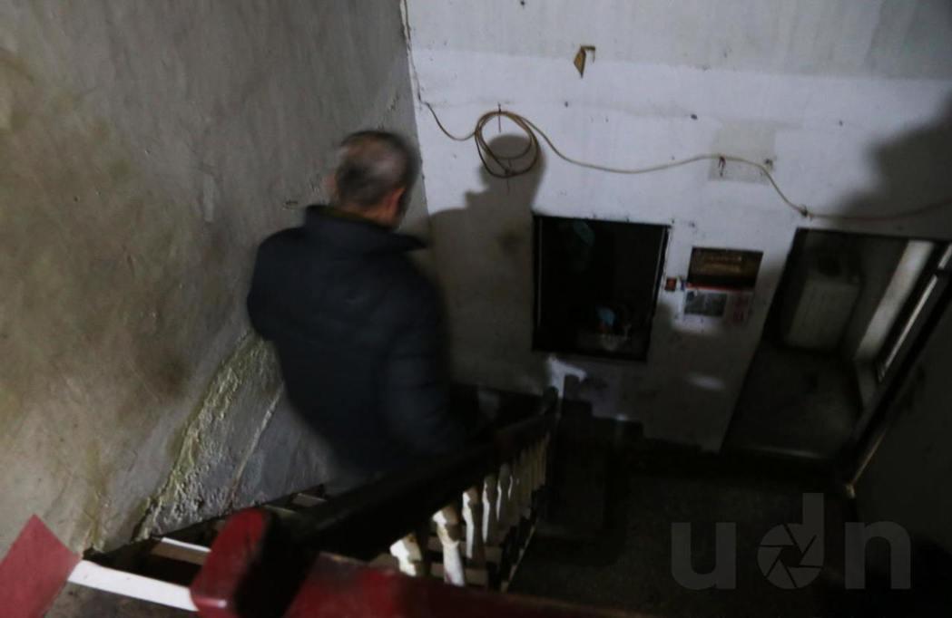 樓梯窄小,僅容一人行。記者林俊良/攝影