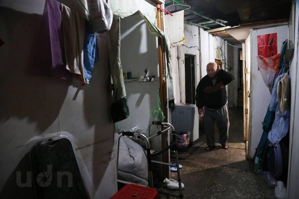 洗衣、曬衣都得擠在這個空間裡,一旁還放著輔具。記者林俊良/攝影