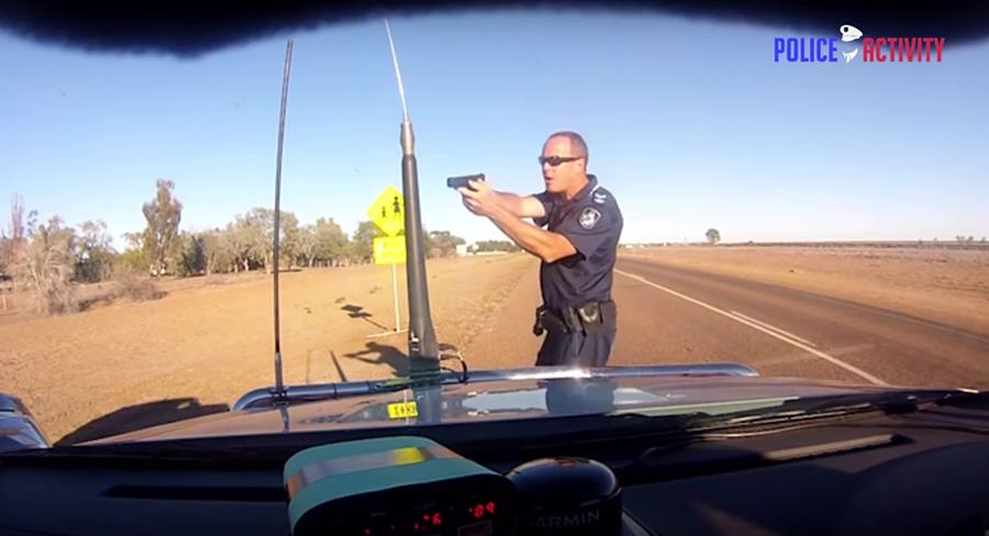 資深員警 Stephen Flanagan因用槍指著一名非可疑駕駛而遭到刑事指控。 裁自PoliceActivity影片