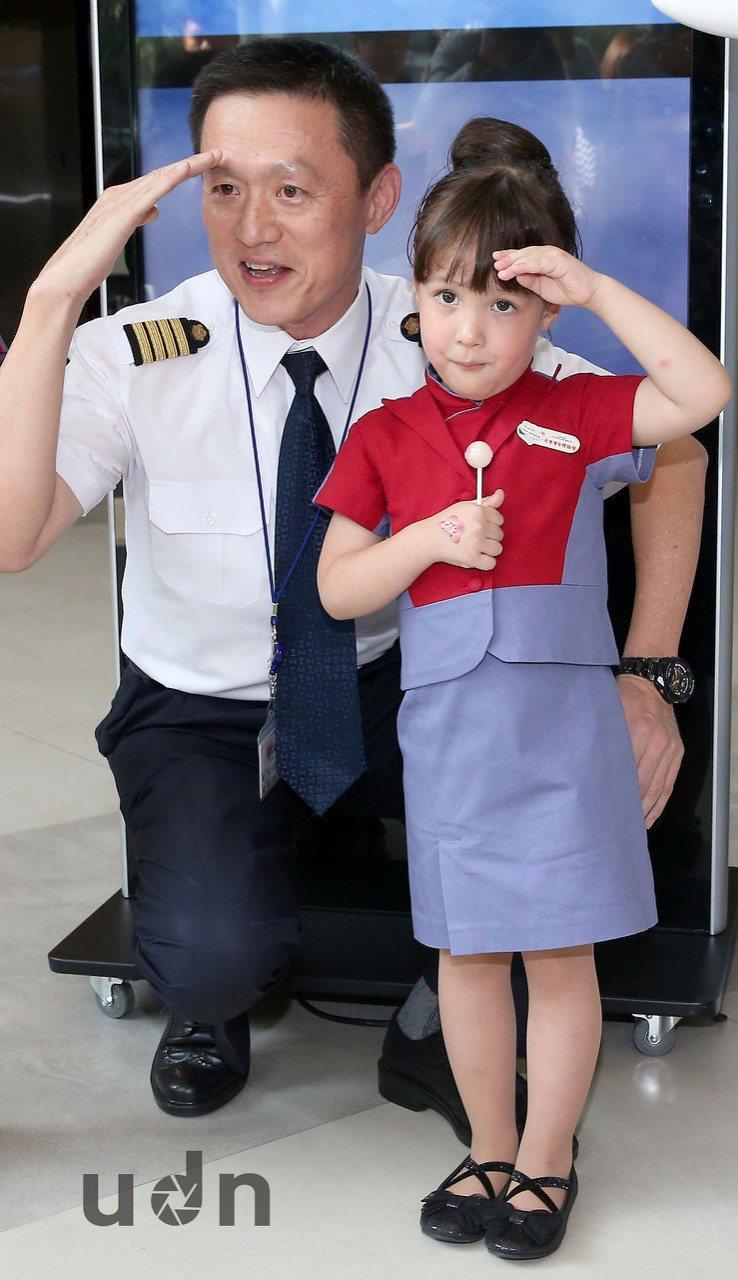 王希蕾小妹妹(右)與華航航務處協理廖威智(左)。。記者陳嘉寧/攝影