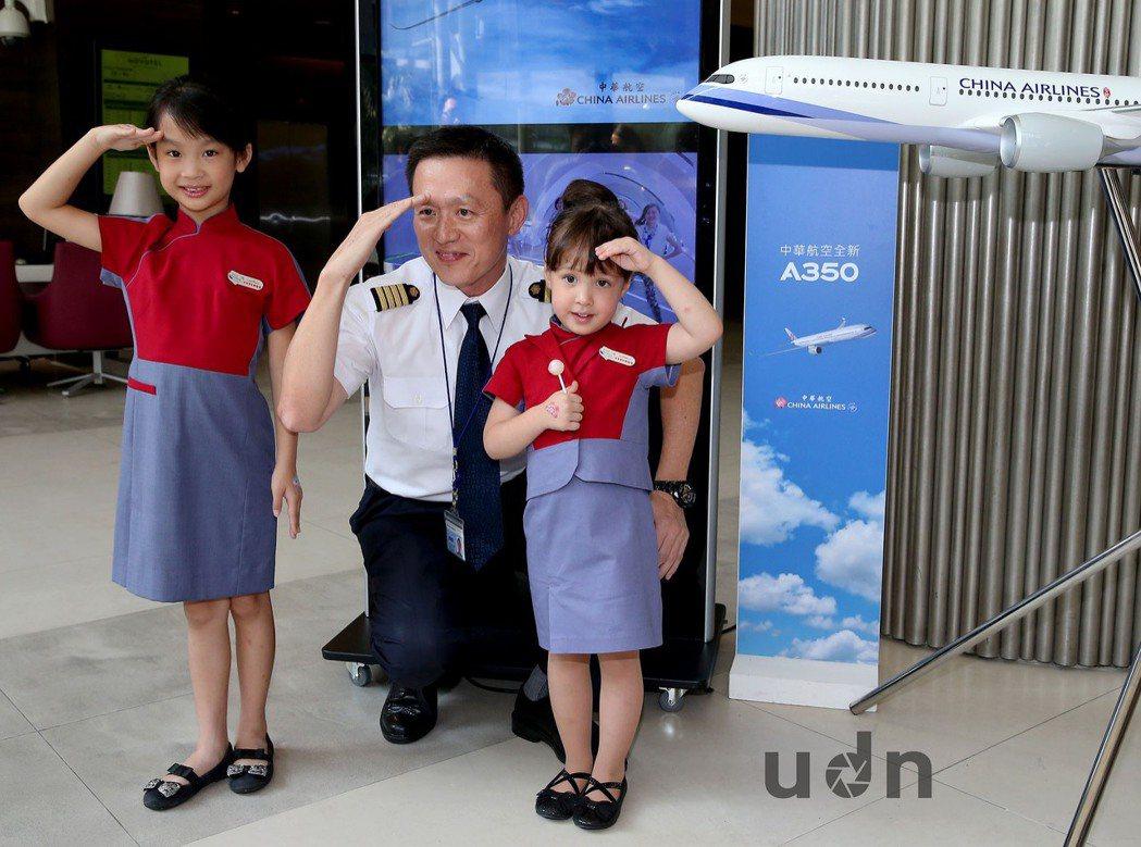 王希蕾小妹妹(右)與華航航務處協理廖威智(中)。記者陳嘉寧/攝影