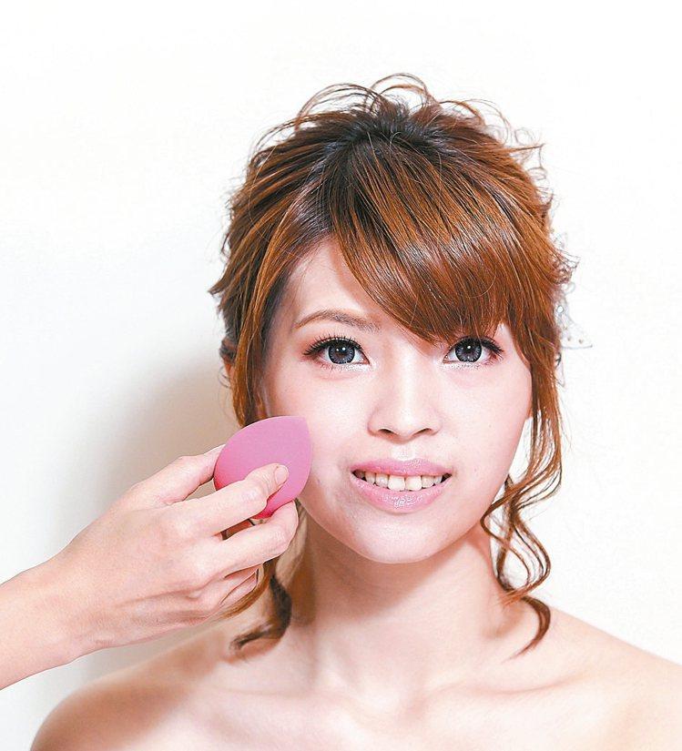 重點步驟1選擇質感輕透持久的粉底液,搭配海綿少量多次的反覆輕拍,強化底妝的扎實度...