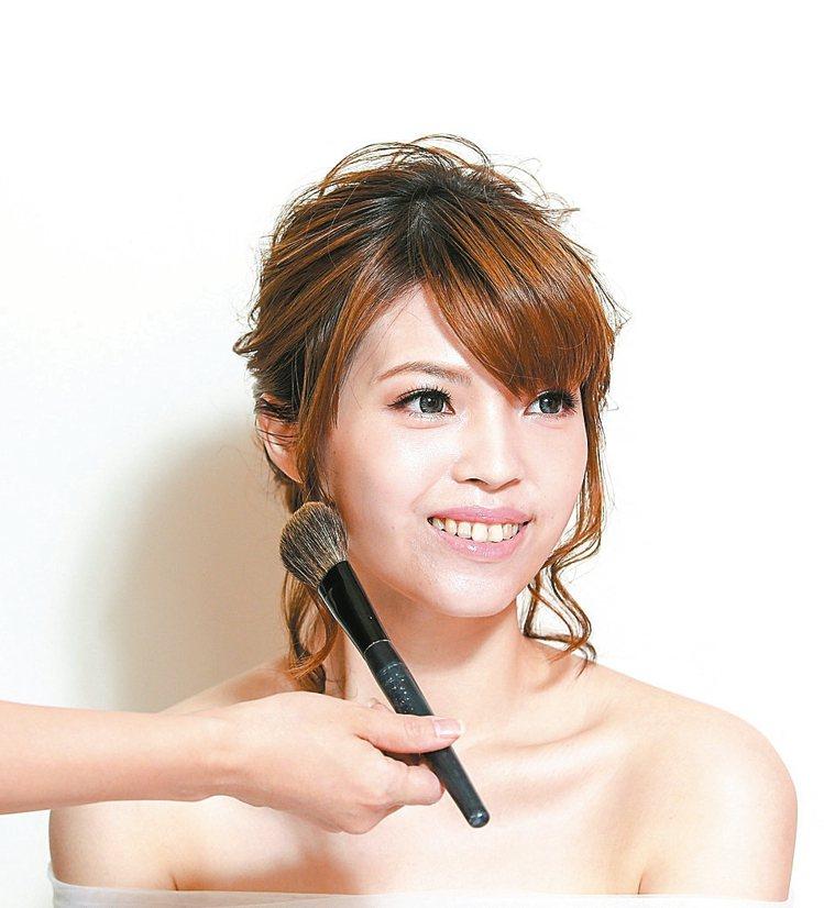 重點步驟2修容色從耳際往下巴處輕刷,可視個人需要修飾的程度調整修容面積。 記者鄭...