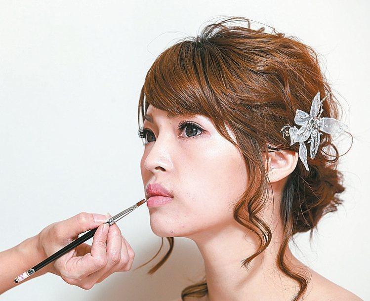 重點步驟5唇彩依照個人膚色與禮服色調選擇,粉色或珊瑚色調可以展現新娘的甜美氣質。...