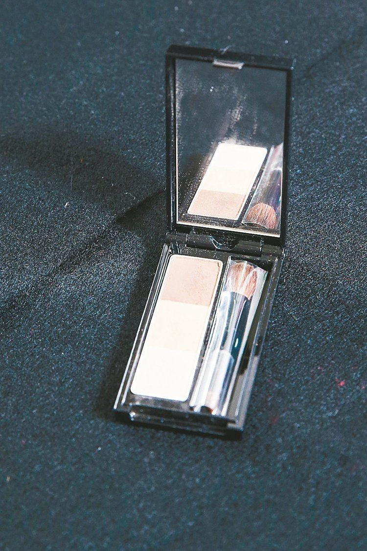 KATE造型眉彩餅,3色組合可打造自然眉型,並可用來描繪鼻影。330元 記者鄭清...