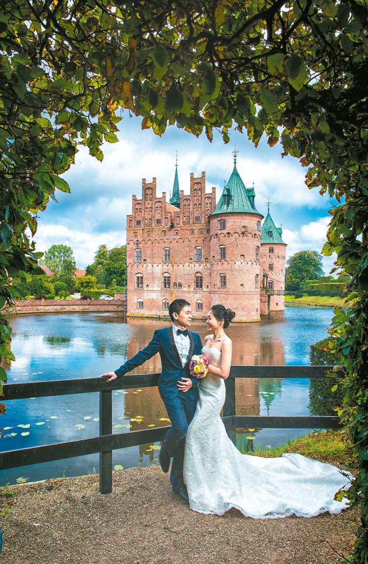 丹麥伊埃斯科城堡,童話風婚紗照是許多女孩的夢想。 圖/黑焦耳海外婚紗婚禮攝影工作...