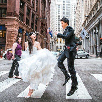 在美國拍婚紗照的新人偏好生活風格,彷彿兩人正奔向幸福的未來。 圖/黑焦耳海外婚紗...