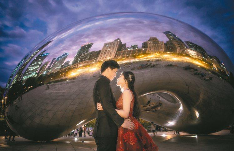 千禧公園裝置藝術「雲門」,映照出芝加哥的建築景觀,婚紗照同時結合了城市意象。 圖...