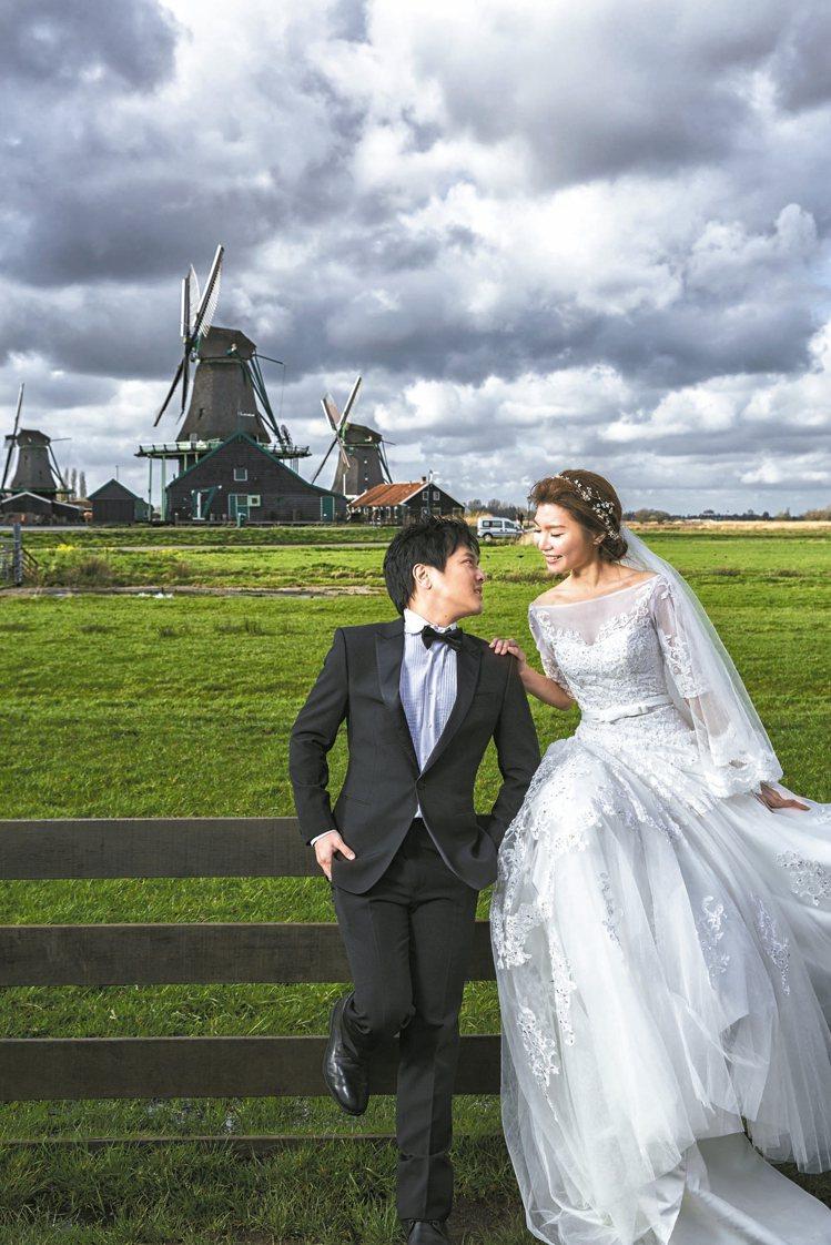 荷蘭風車村,遼闊的原野讓婚紗照如同一張鄉村畫。 圖/黑焦耳海外婚紗婚禮攝影工作室...