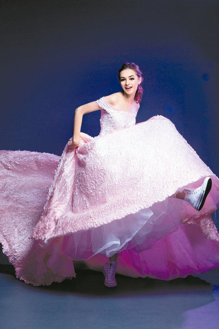 一字領的婚紗當道,秀出豐胸的爆乳裝已經退燒。 圖/蘇菲雅婚紗提供