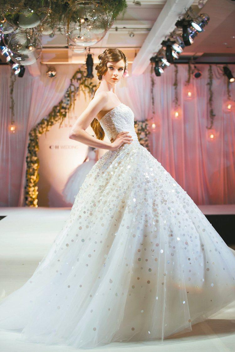 可自然撐起弧度的透明絲紗,營造婚紗浪漫美感。 圖/C.H Wedding提供