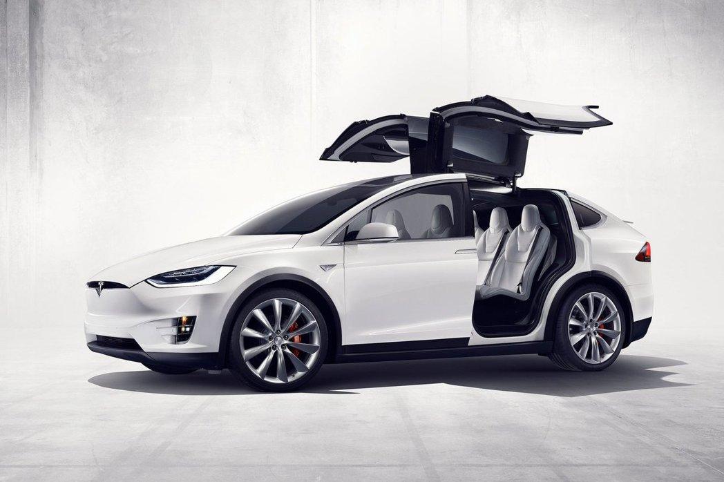 日前造成不小轟動的Tesla Model X,成為許多車廠的假想敵。 摘自Tes...