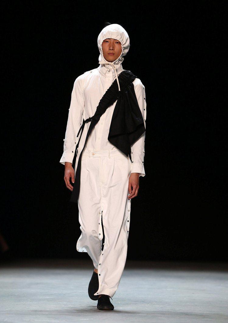 當紅炸子雞的Craig Green擔任男裝周開場品牌,重新解構經典風衣的設計博得...
