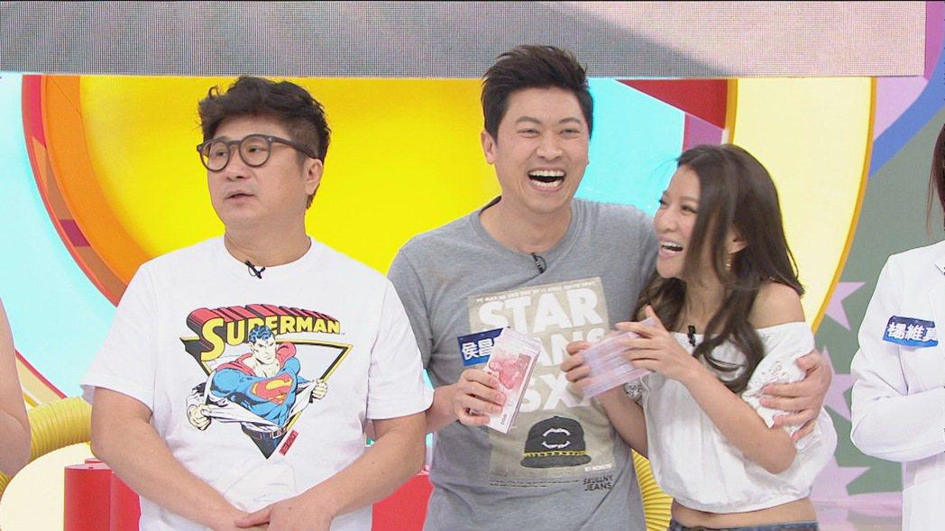 侯昌明(中)順利拿獎金,和老婆曾雅蘭(右)笑到合不攏嘴。圖/衛視中文台提供
