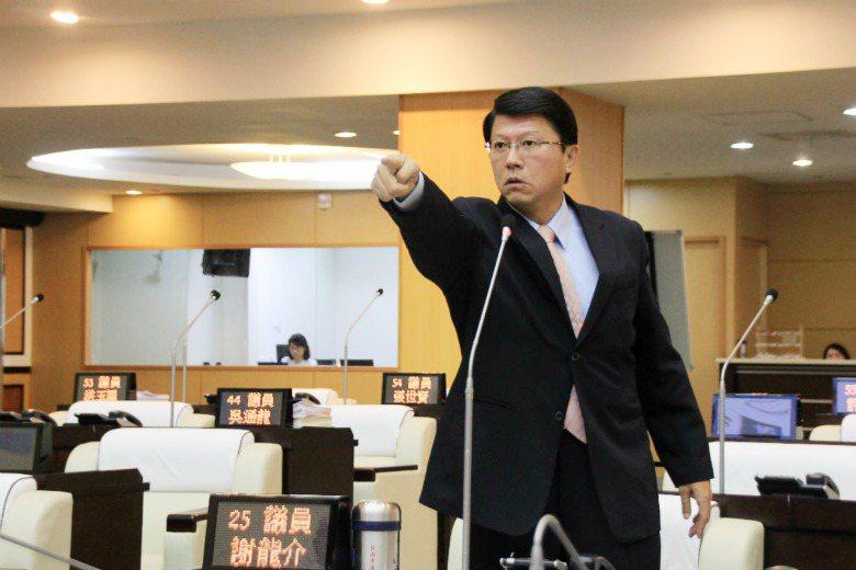 台南市議員謝龍介於議會中與市長賴清德在質詢中舌戰,流利台語引起網友熱議。 圖/聯...
