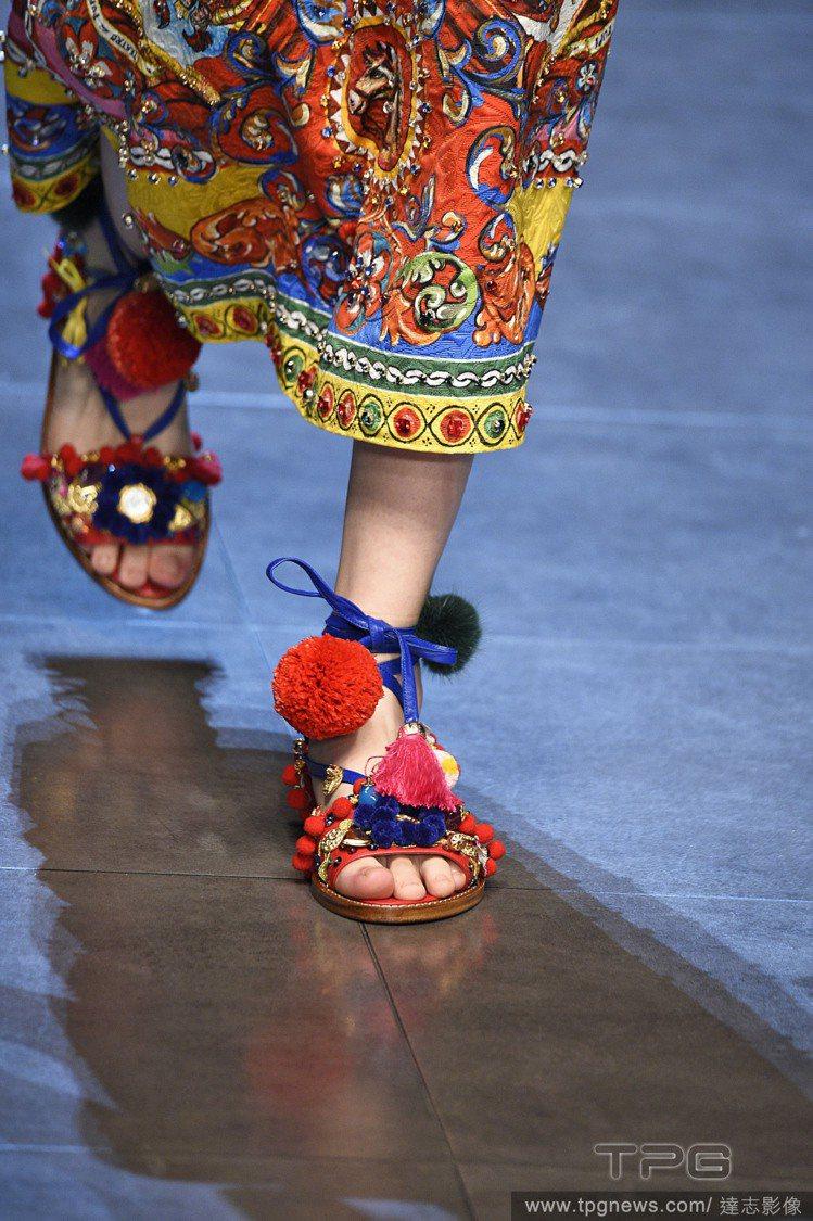Dolce & Gabbana 使用了大量色彩艷麗的毛球和流蘇設計涼鞋。圖/達志...