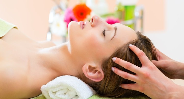 熱敷後擦精油,以刮痧板輕刮,可有效舒緩肩頸痠痛。 圖片來源/123RF