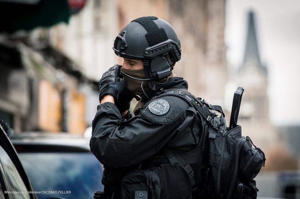 2015年11月21日資料照片,在巴黎市區圍剿恐攻嫌犯的黑豹特勤隊員。 圖/法國...