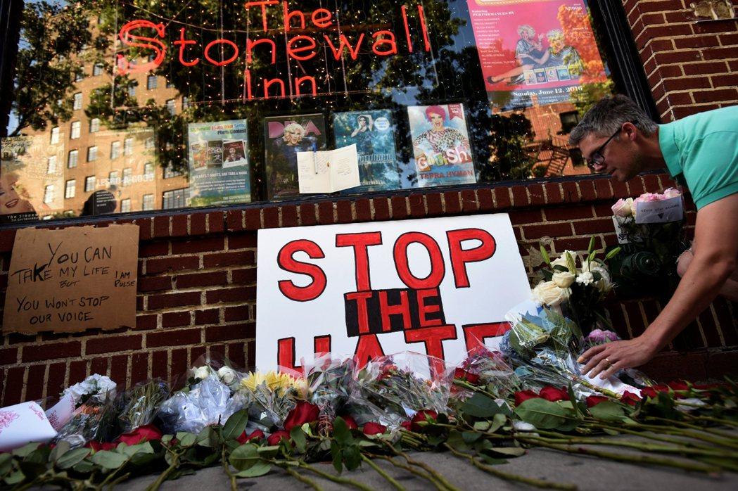 紐約石牆酒吧的悼念,這裡也是平權運動的歷史轉捩點。 圖/路透社