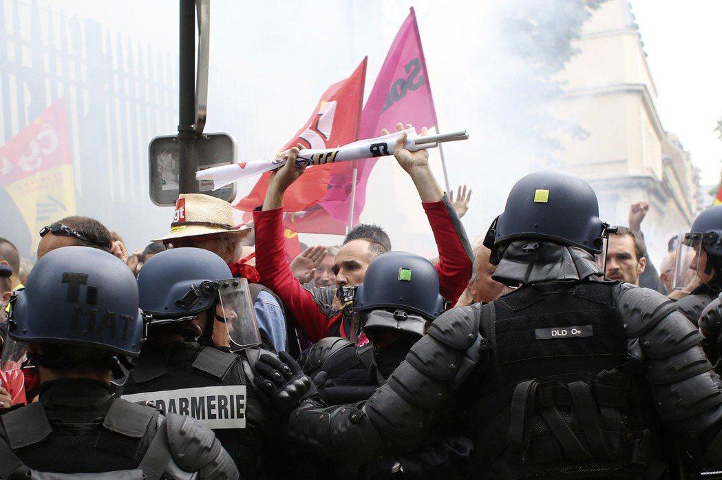 巴黎街頭的反勞工法抗爭。 圖/美聯社