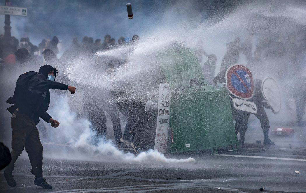 法國隊長的「盾牌」是用來擋鎮暴警察的水砲車的。 圖/歐新社