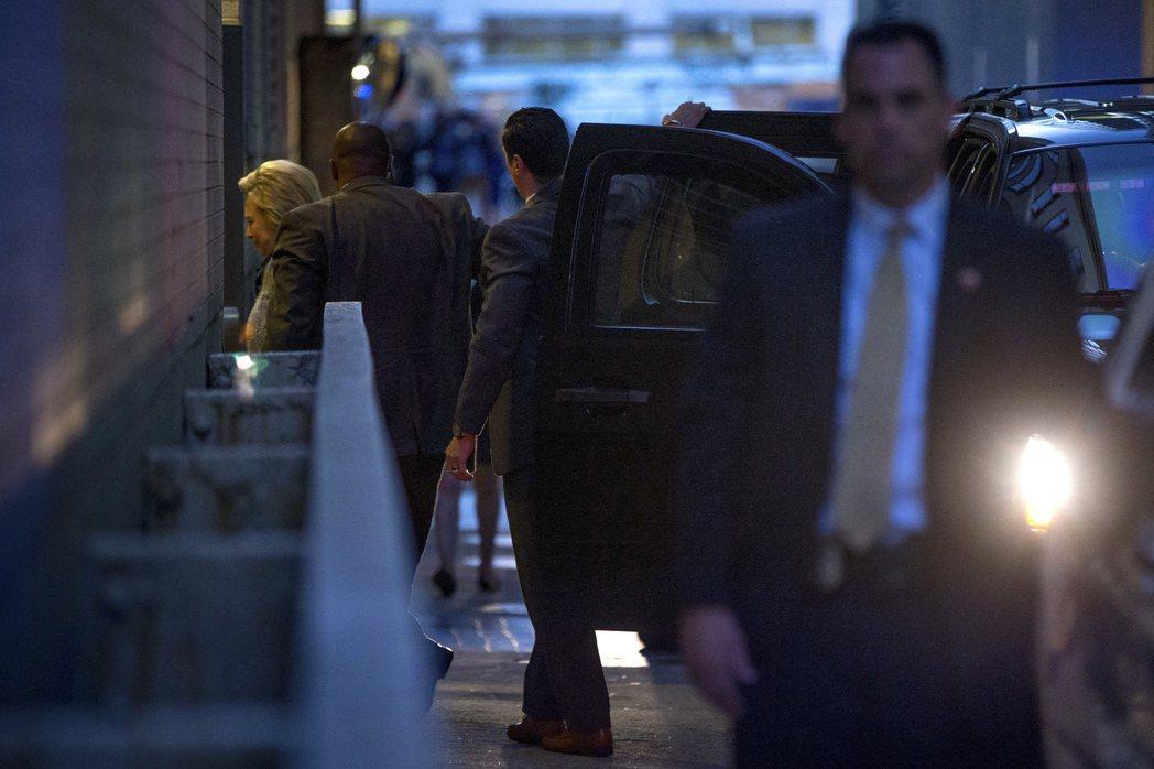 踏入希爾頓首都酒店,與對手桑德斯閉門會談的希拉蕊。 圖/美聯社