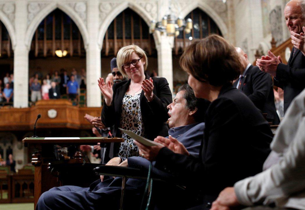 罹患漸凍人症的資深國會議員貝朗吉,在自己生命的末端,仍致力於推動性別平等、力促了...