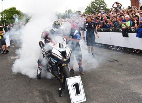 BMW重機刷新曼島TT賽新紀錄 最高飆過300km/h