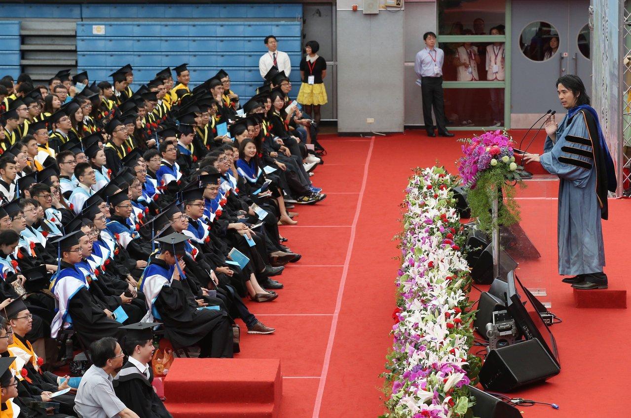 總統創新獎得獎人葉丙成(右)教授講述自己失敗的經驗,勉勵畢業生。記者高彬原/攝影