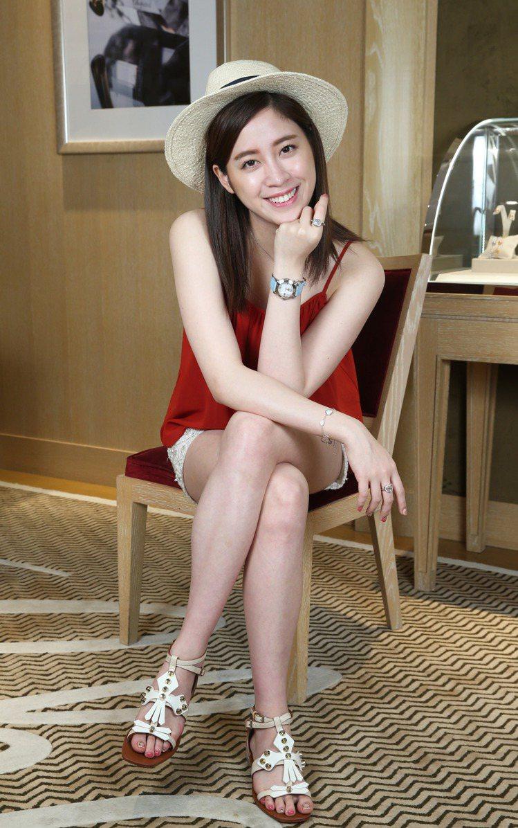 歐陽妮妮穿alice+olivia 紅色細肩帶上衣、繡珠短褲、Tory Burc...