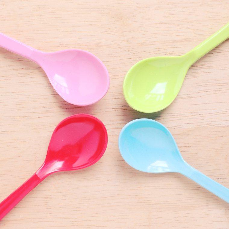 塑膠餐具因外食而廣泛使用,環境荷爾蒙遍布於我們日常生活之中。 圖/ingimag...