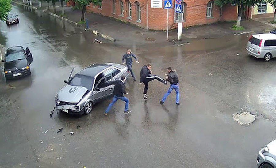 俄羅斯街頭上演車禍全武行。 截自serpvideo.ru影片