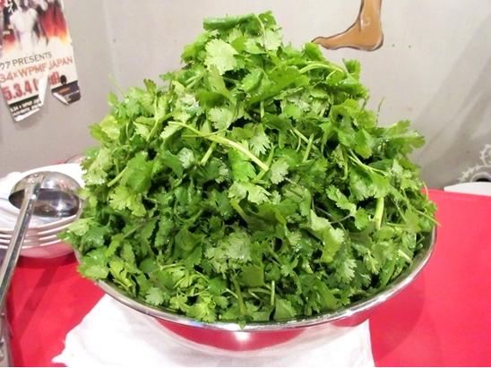東京一間泰式料理店推出巨無霸香菜拉麵,只要在2.5小時內吃完這碗拉麵就能獲得店家...