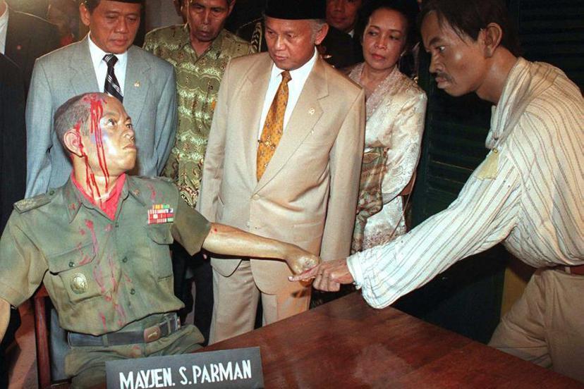 蘇哈托之後,民選總統哈比比(中)開始著手推行一連串的民主改革。圖中的人偶(左)為...