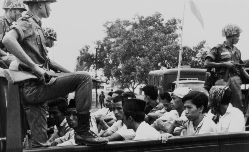 1965-1966年肅清共產黨行動中,一卡車一卡車的共產黨青年被載往監獄囚禁。 ...