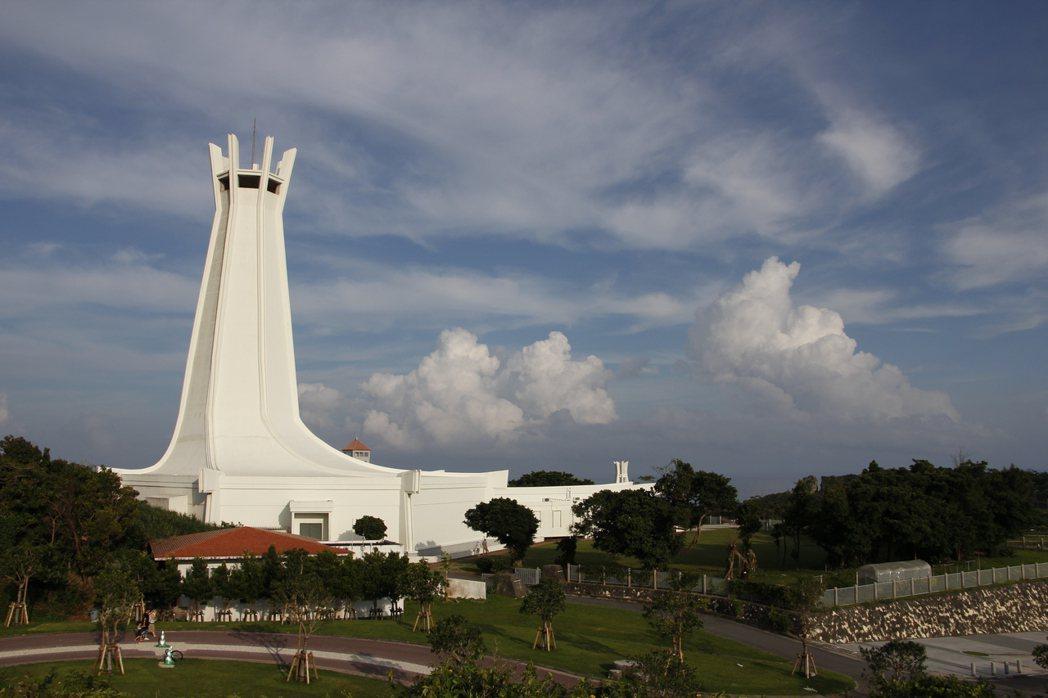 沖繩本島南部的糸滿市建有平和祈念公園,紀念沖繩戰的戰死者,現公園內的和平之礎紀念...