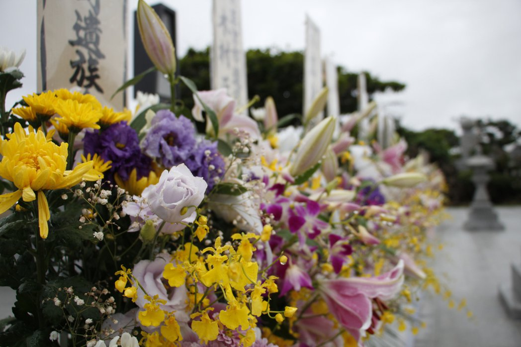 每年6月23日是慰靈日,是沖繩一年之中最沉重的一天,來自全日本的戰爭遺族與戰友會來到沖繩和平祈念公園追思他們的親人與戰死的戰友。 圖/作者提供