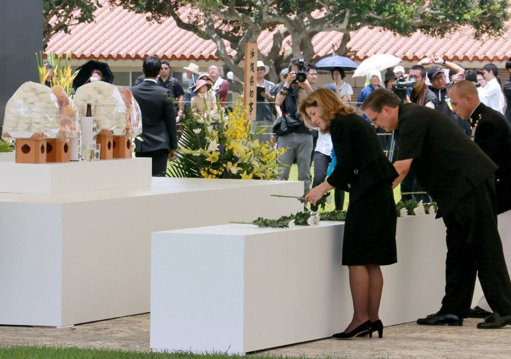 美國駐日大使卡洛琳﹒甘迺迪(Caroline Kennedy)出席慰靈日追思會,向戰爭期間的罹難者致意。 圖/歐新社