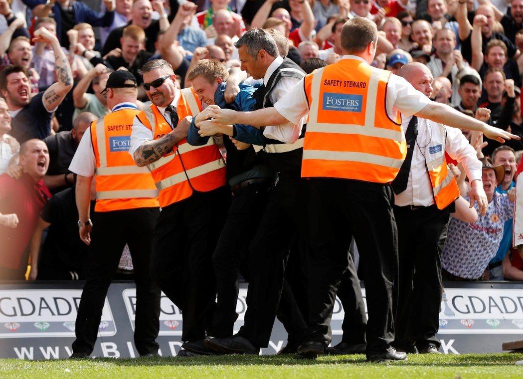足球暴力卻只是轉換而沒能被根除,足球流氓亦順著潮流,走入了另一階段的發展超展開。...
