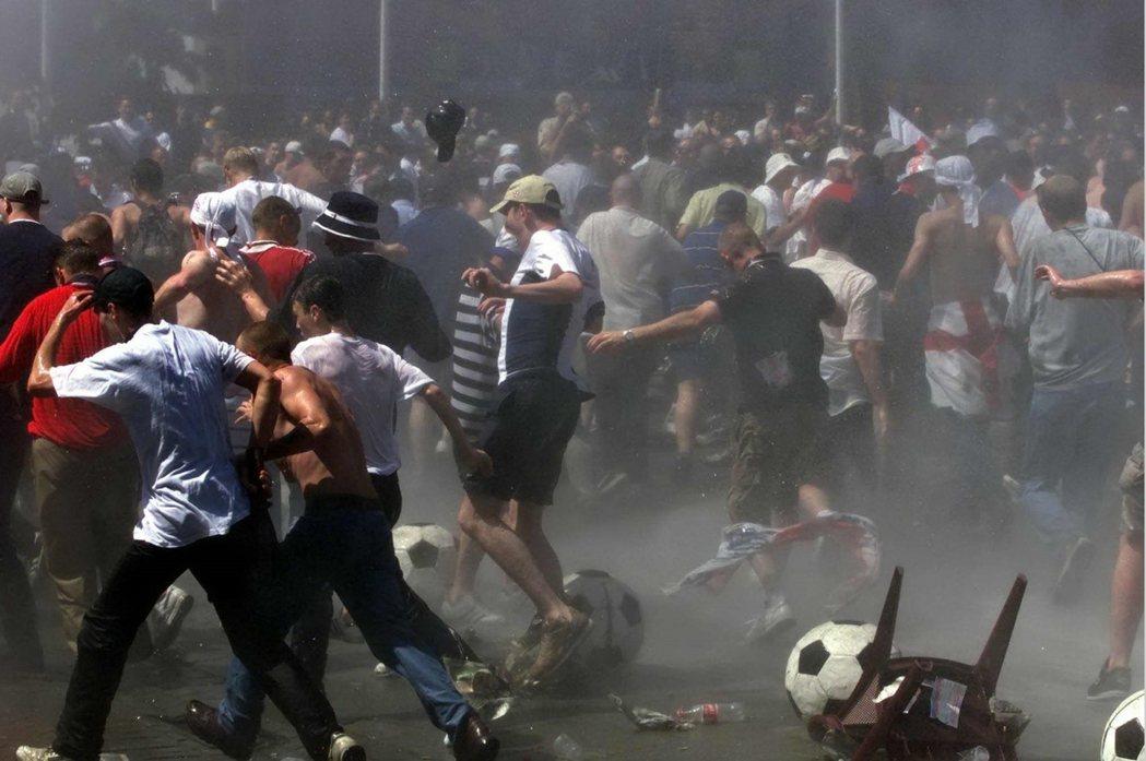 2000年歐洲盃,英格蘭球迷大鬧布魯塞爾,讓主辦的比利時頭痛不已。 圖/路透社
