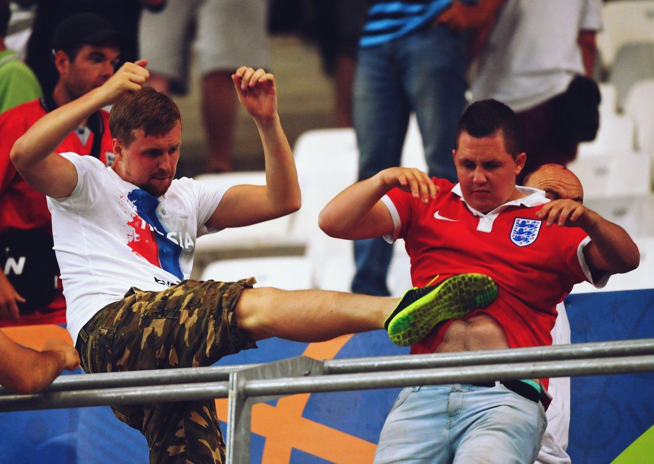 2016年歐洲盃,英格蘭與俄羅斯的小組比賽賽後,俄羅斯的足球流氓衝過隔離區,暴揍...