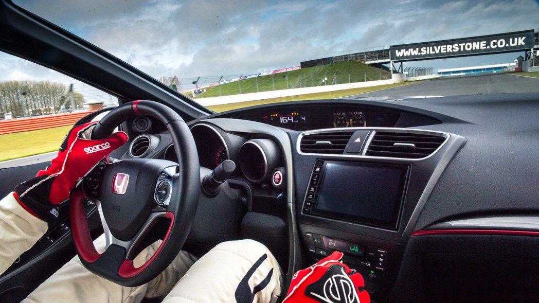 Honda首站來到英國Silverstone賽道,測試當時天空下著雨,不過Civ...