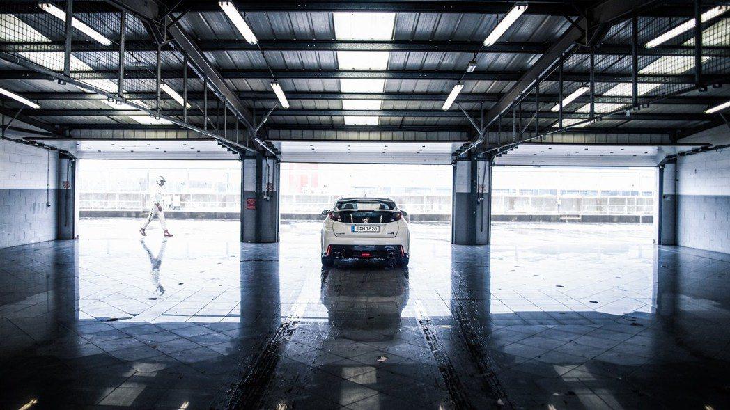 全新Civic Type R在Prototype車型時,就已於紐柏林賽道測得7分...