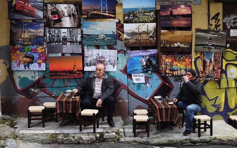 椅子位於街道上、甚至全部面向街道,大概也意味了這是一個「凝視者」的位置,可以自在...