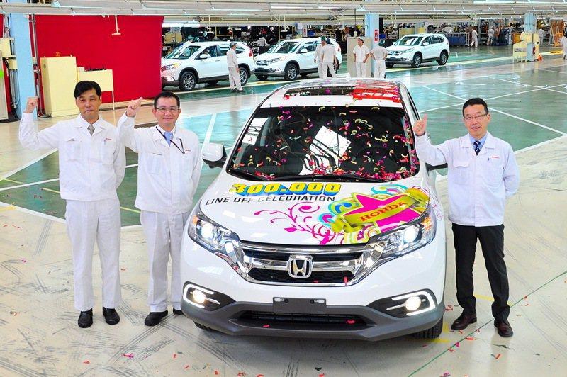 Honda Taiwan董事長伊藤隆人、總經理萬年博之共同迎接第30萬輛生產車下線。 圖/Honda Taiwan提供