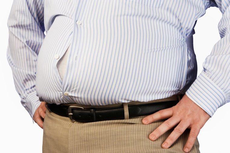 中年男性腰粗、啤酒肚,當心潛藏健康危害。Ingimage授權