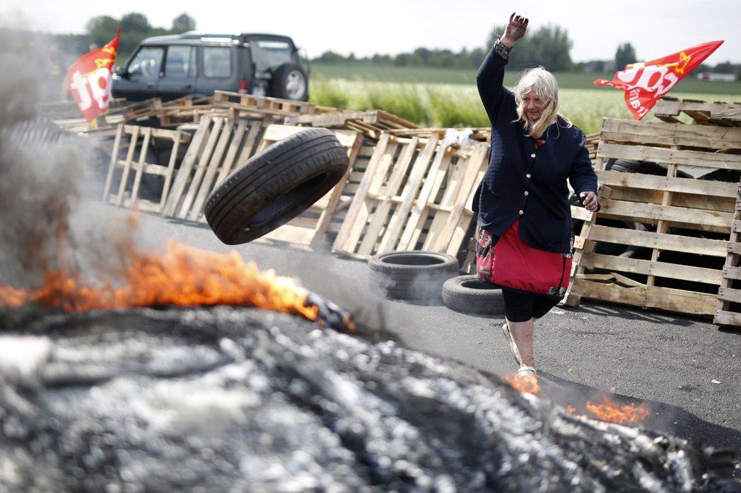 自三月底罷工開始,國際新聞頻道就連環放送法國街道上慘不忍睹的景象:輪胎被大肆燒毀...