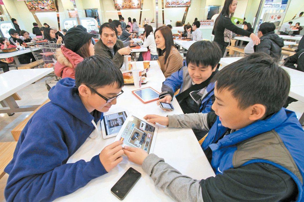國內學童網路成癮問題日益嚴重,醫師提醒家長,別讓小朋友長時間接觸手機等3C產品,...