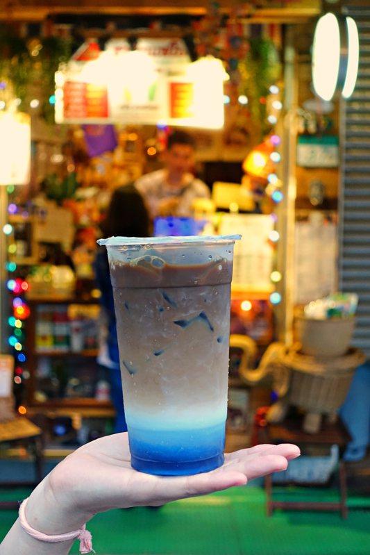 PP島泰式咖啡,以泰國PP萊島(Phi Phi Le)的石崖峭壁、沙灘及海景為發想,售價75元。記者沈佩臻